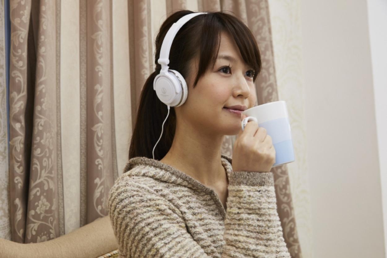 女性 ヘッドフォン 音楽
