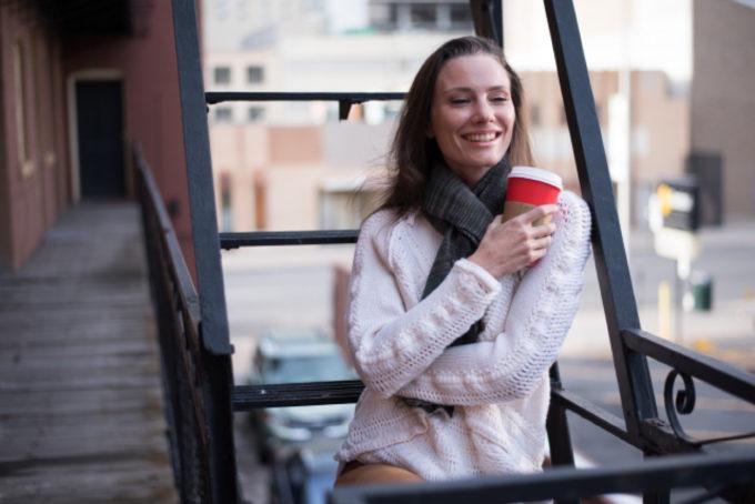 マフラー 外国人女性 コーヒー