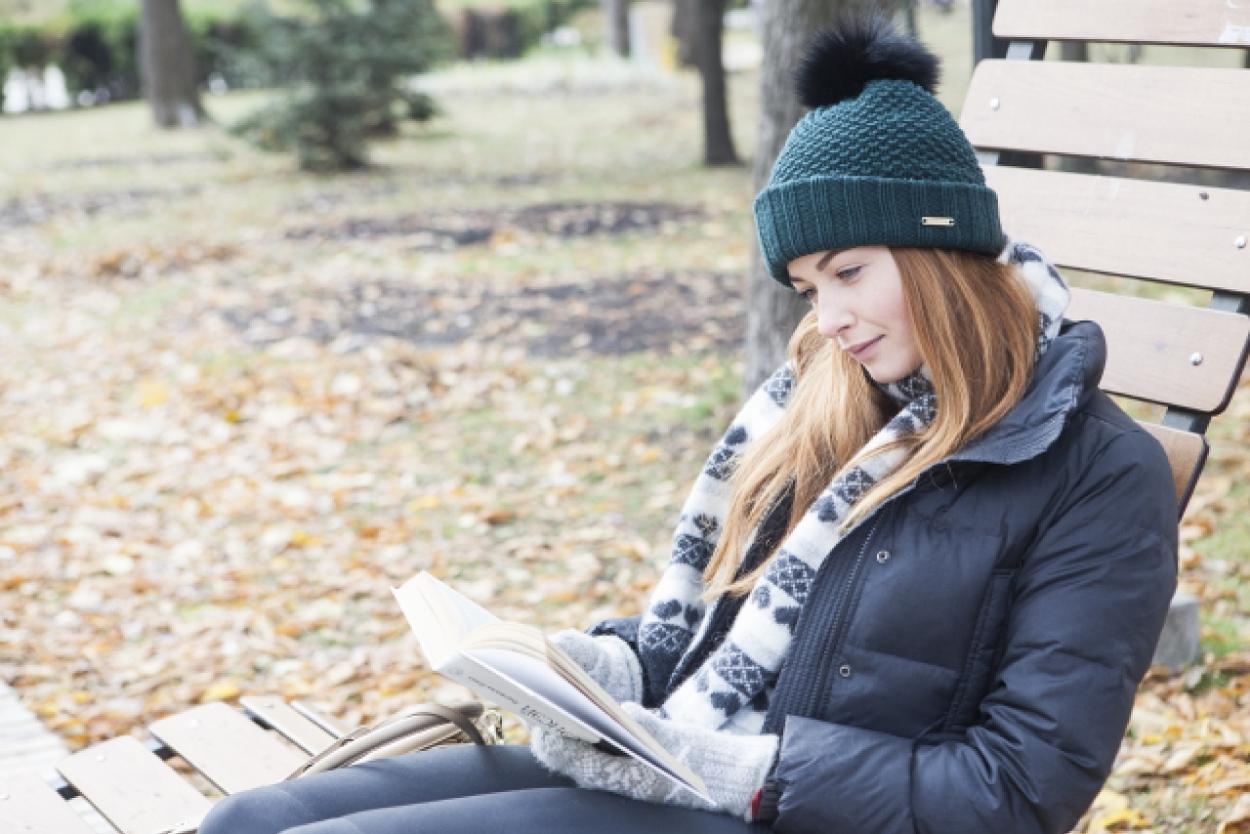 読書 外国人女性