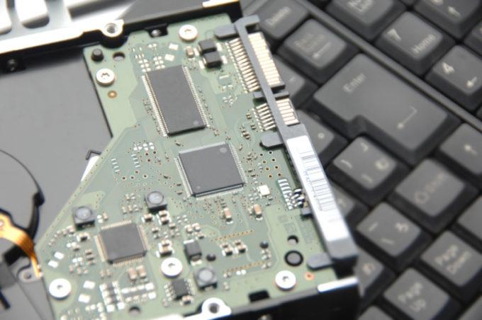 ハードディスクとパソコンのキーボード
