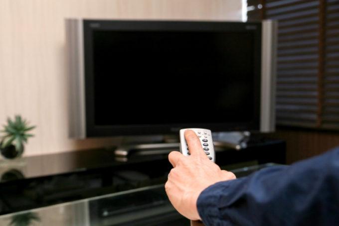 テレビ リモコン 人の手