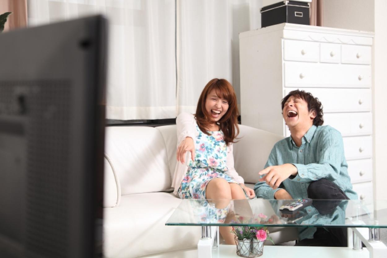 カップル テレビ 笑顔