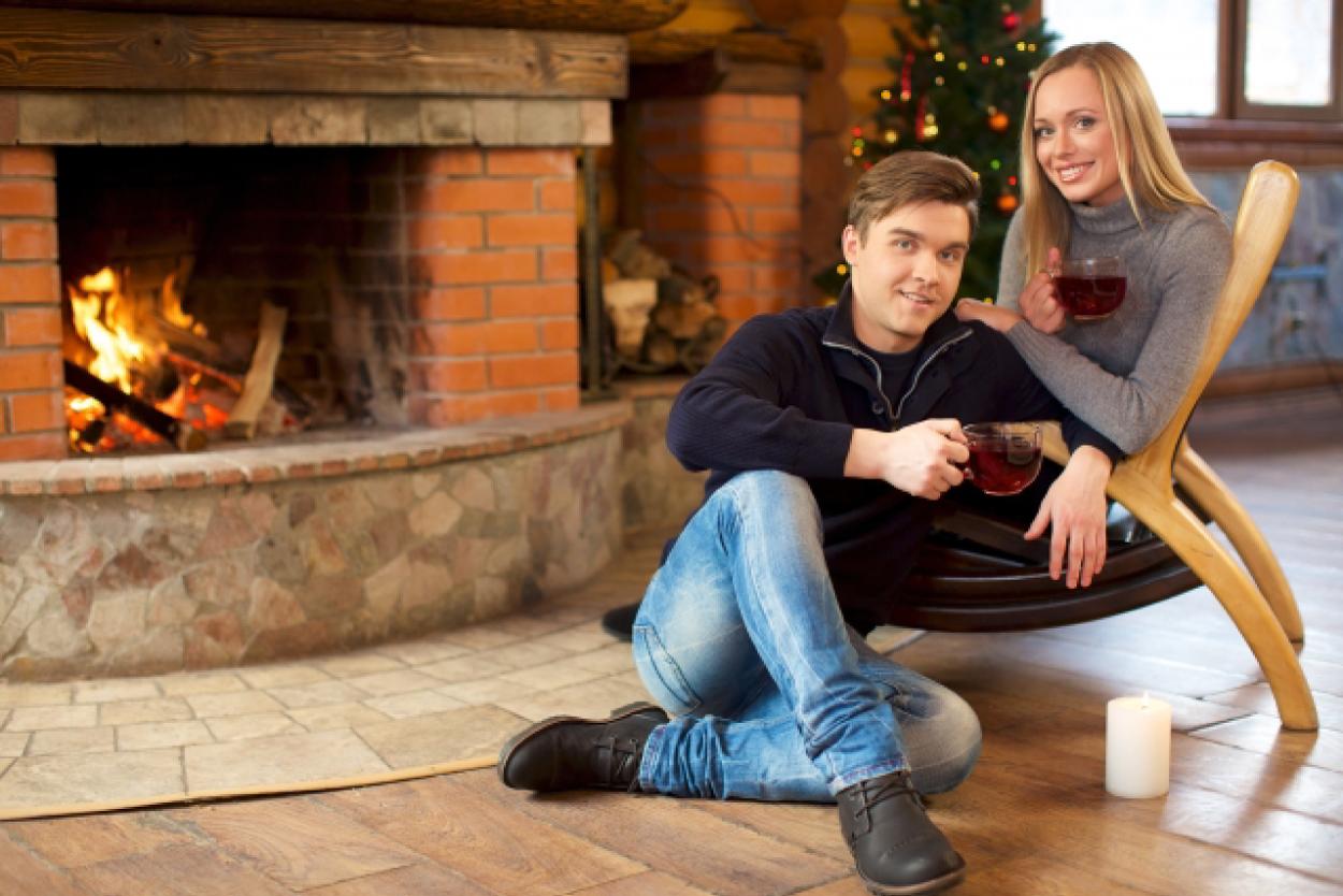 クリスマス カップル 暖炉 ティータイム