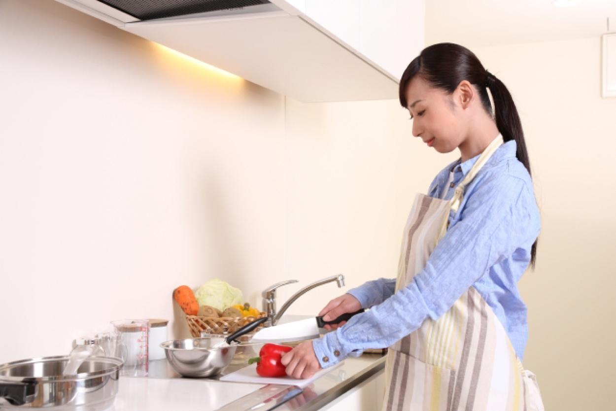 キッチン 調理 女性 赤ピーマン