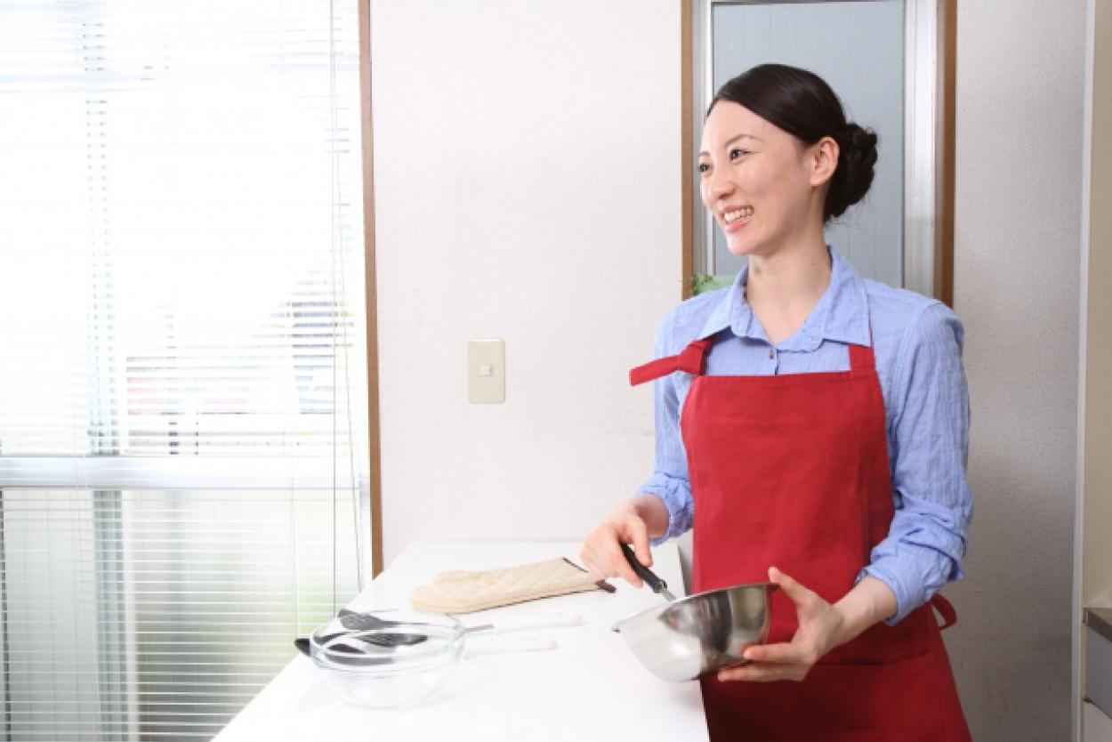 料理 女性 赤いエプロン