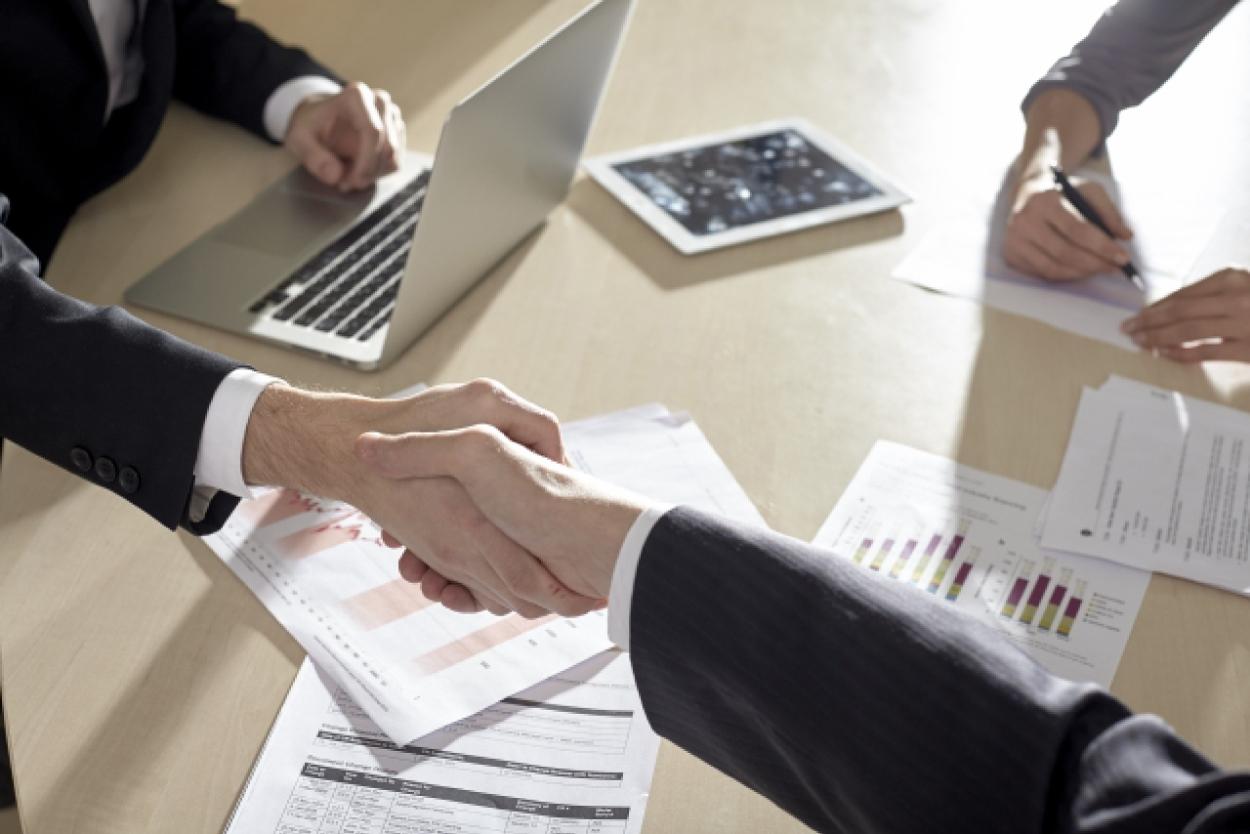 ビジネスパーソン ビジネスマン 握手