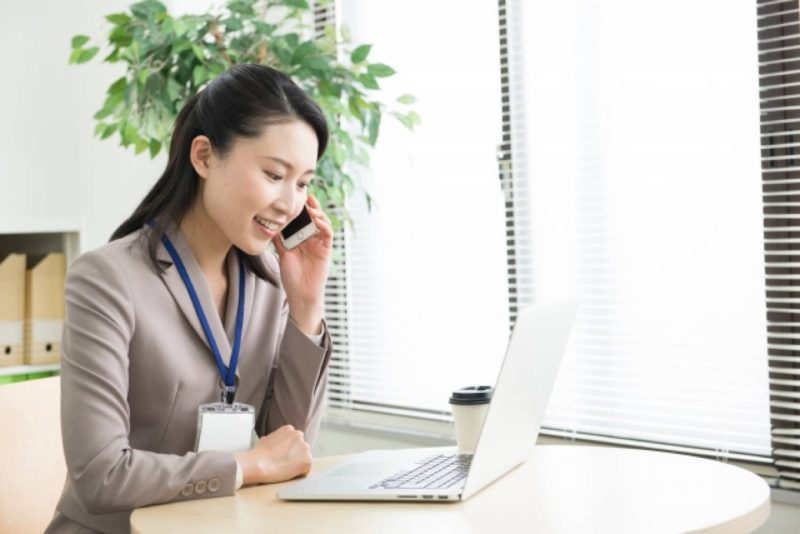 女性 OL ビジネスパーソン 電話 スマホ