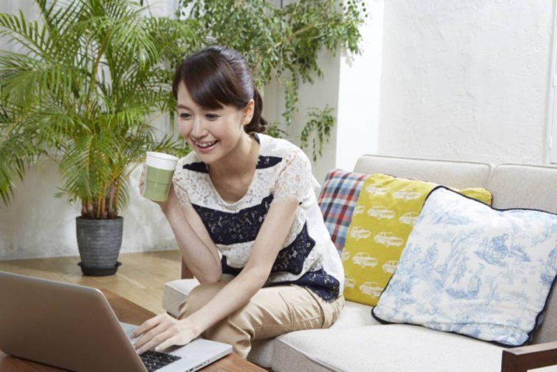 女性 リビング パソコン 観葉植物
