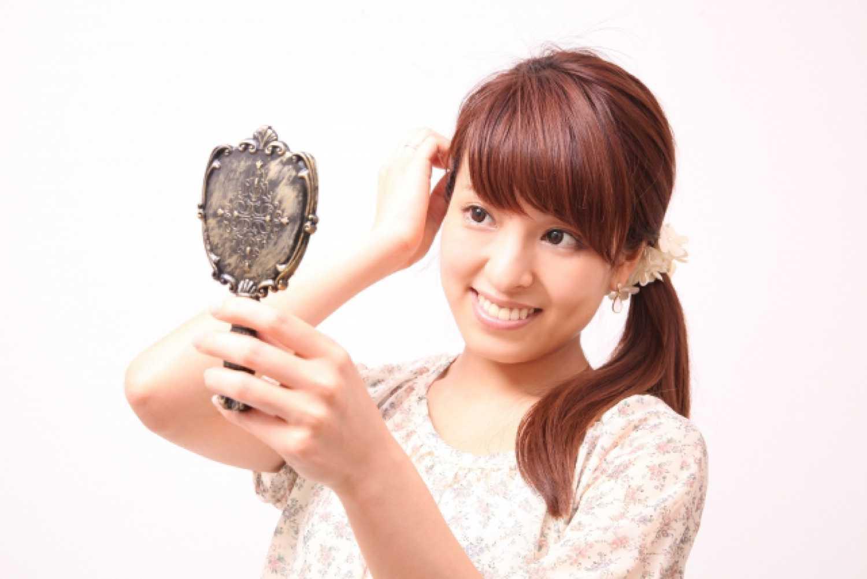 女性 笑顔 手鏡