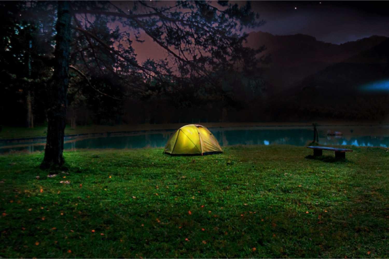 キャンプ テント 夜