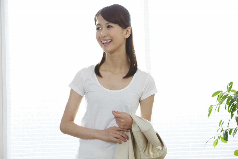 女性 笑顔 オフィス