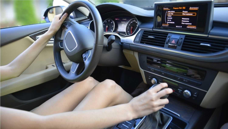 車 自動車 女性 ハンドルを持つ手