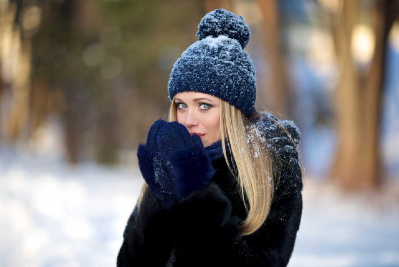 女性 外国人 雪 寒い