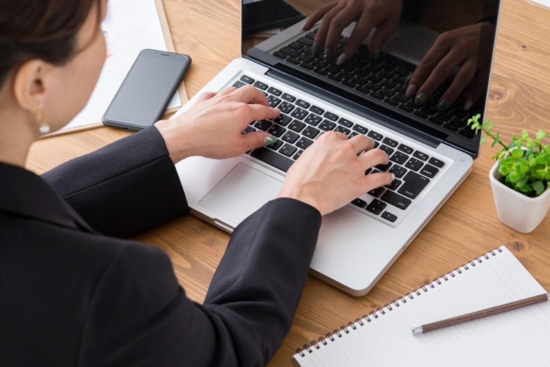 女性 ノートパソコン