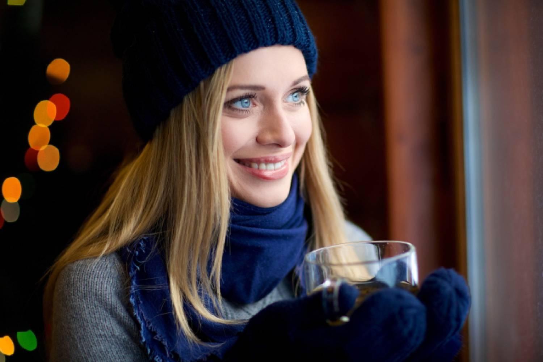 女性 外国人 寒い 暖かい飲み物