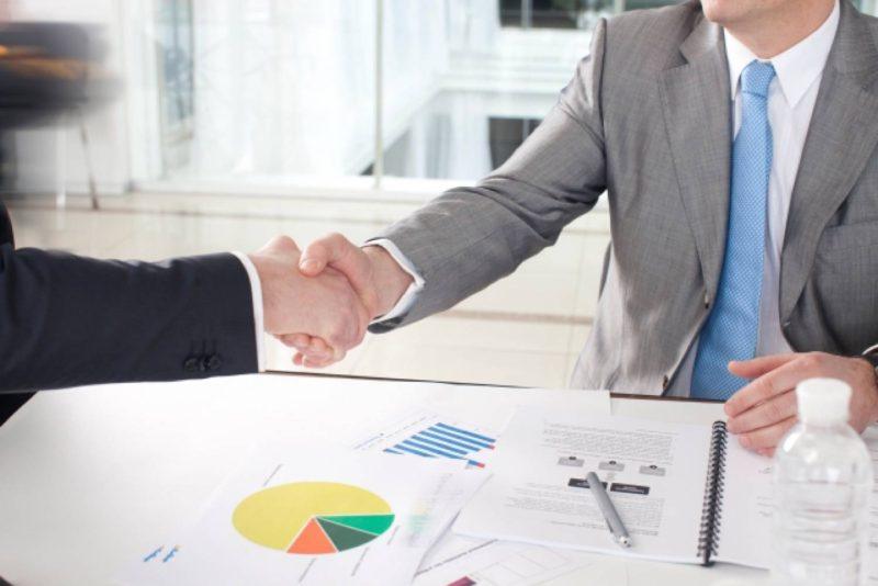 男性 2人 ビジネス 握手