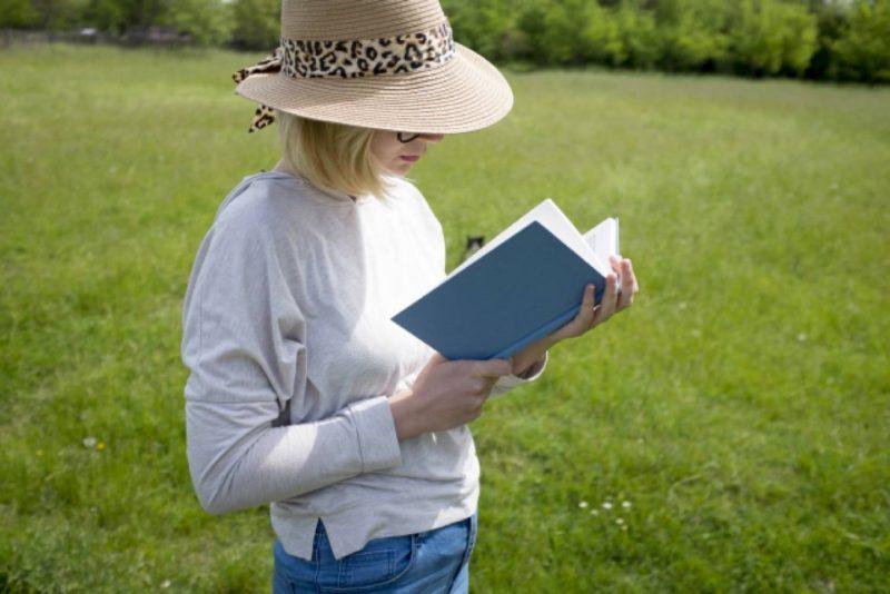 女 外国人 本 読書 草原