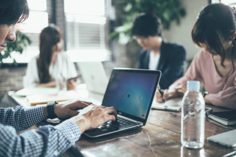 パソコン オフィス 男性 女性