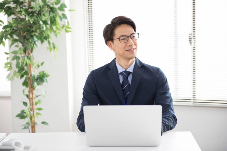 男性 ビジネスパーソン オフィス