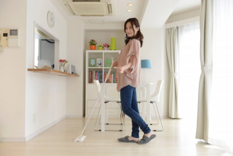 女性 リビング 掃除