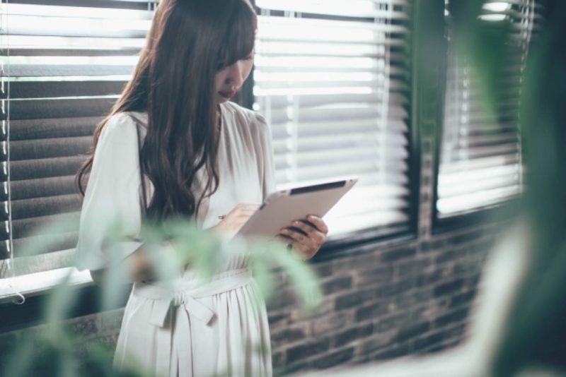 女性 タブレット iPad