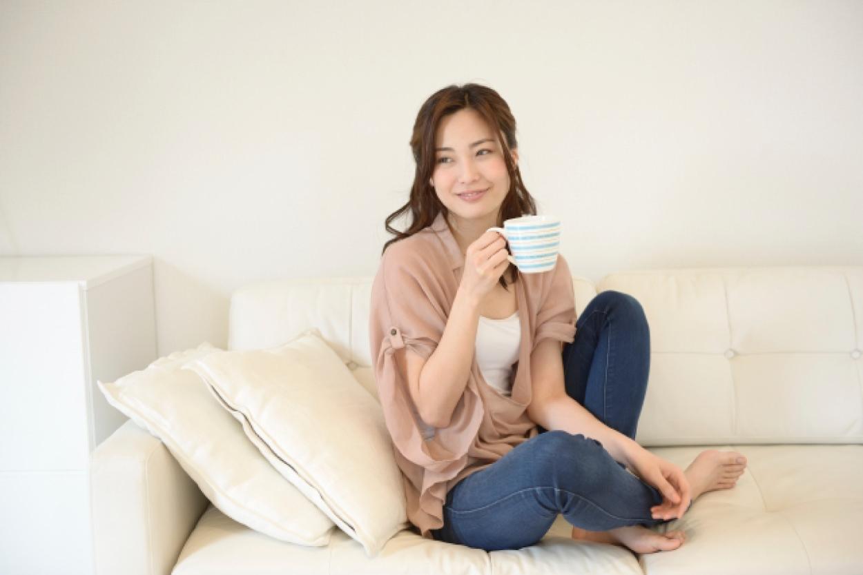 リビング ソファ 女性 コーヒー