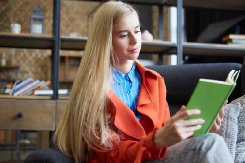 女性 外国人 本 読書 ソファ リビング