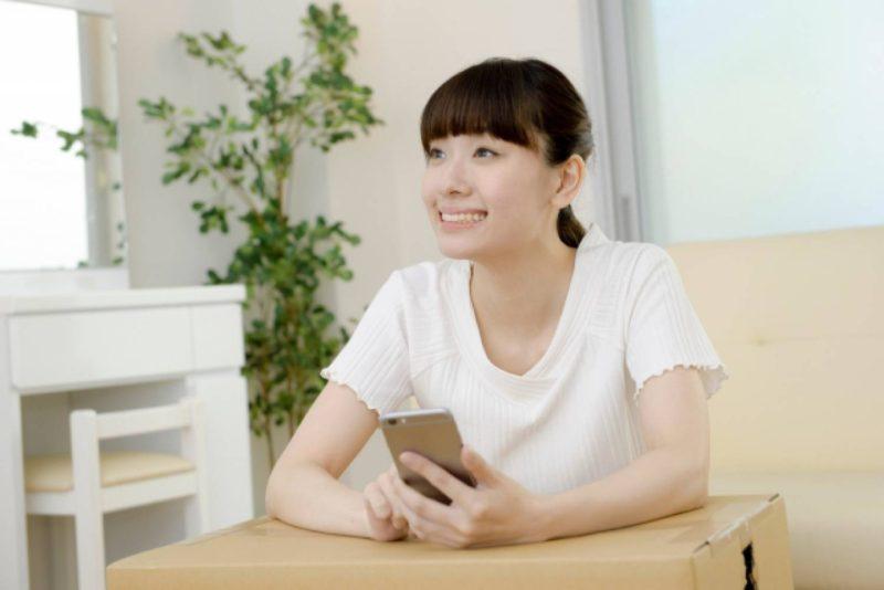 女性 スマホ 笑顔