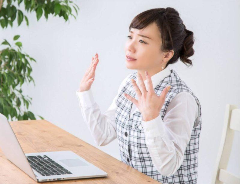 女性 オフィス デスク 暑い