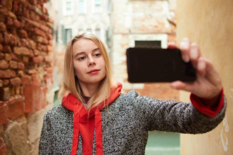 女性 外国人 旅行 自撮り 写真撮影