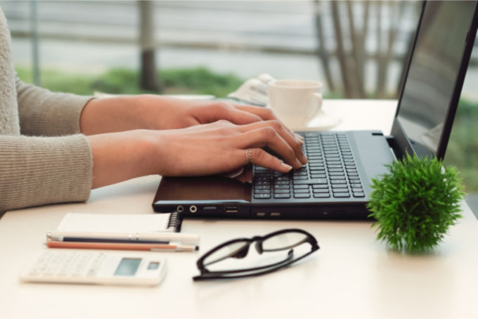 ノートパソコン 女性 タイピング