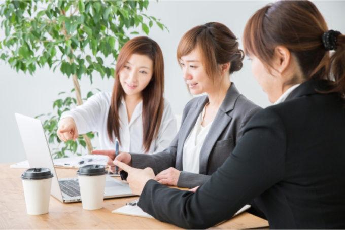 女性 3人 オフィス ミーティング