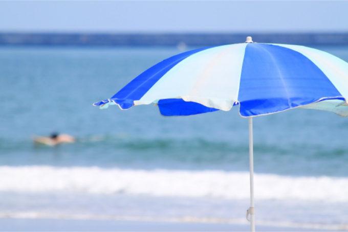 海 砂浜 パラソル