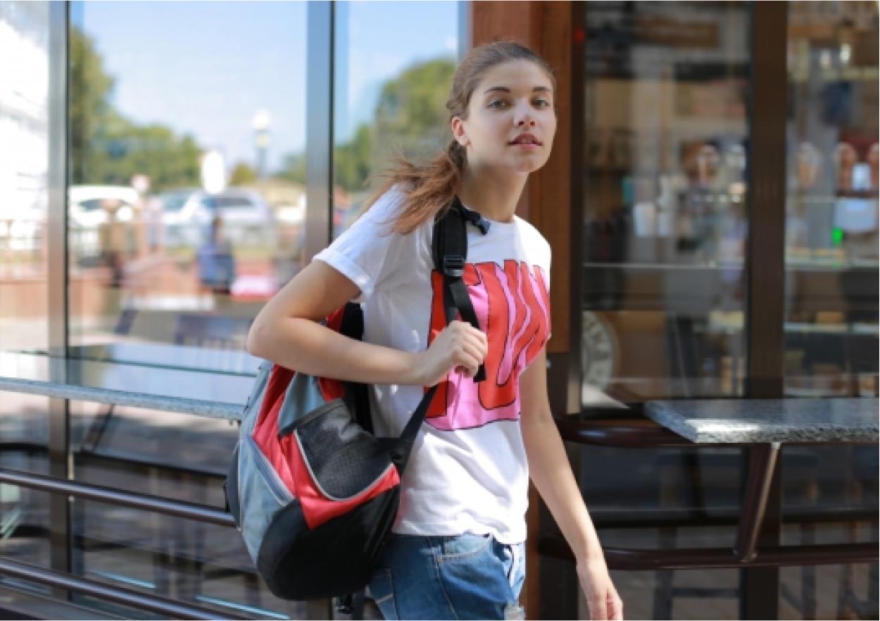 女性 リュック 散策 街歩き