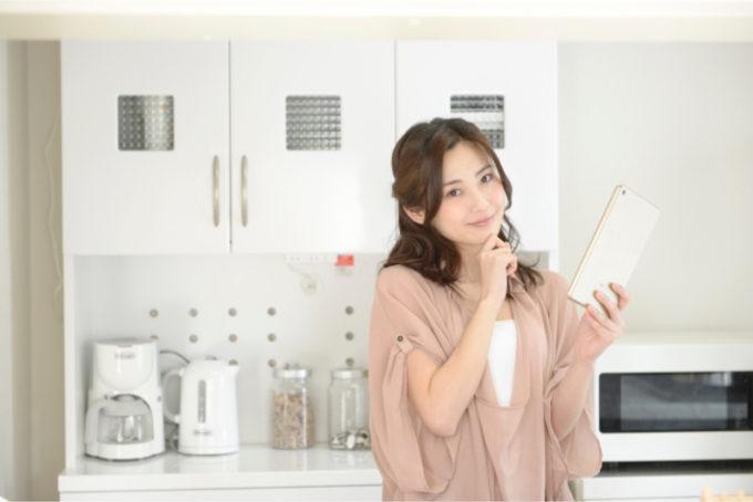 女性 キッチン タブレット
