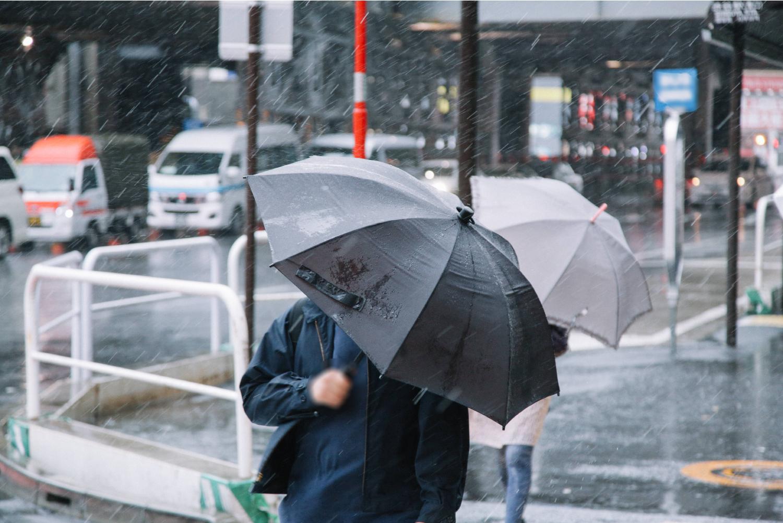 雨 傘 通勤
