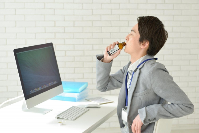 栄養ドリンク 男性 ビジネスパーソン デスクトップパソコン