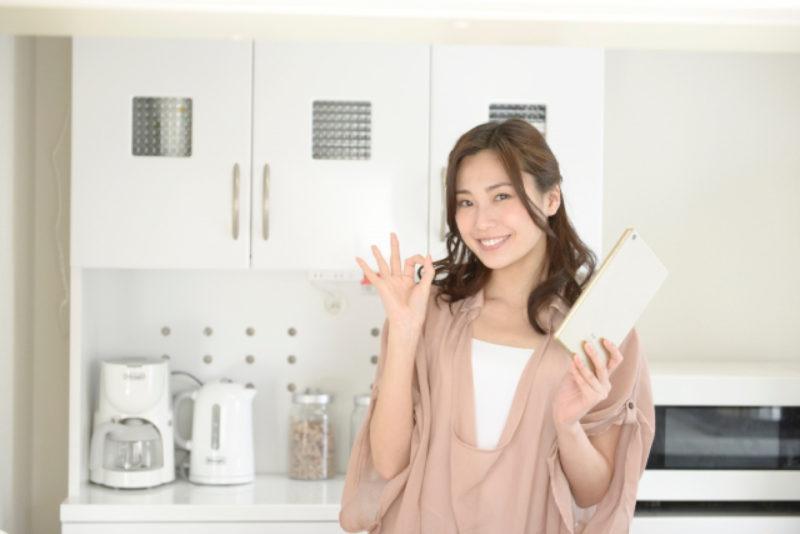タブレット 女性 笑顔 キッチン