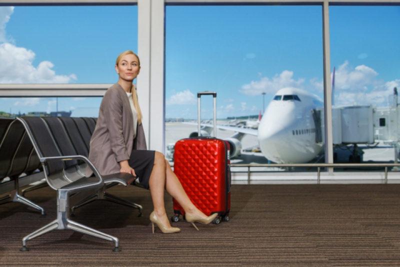 空港 ロビー 女性