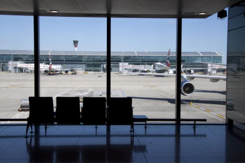 空港 飛行機 ロビー