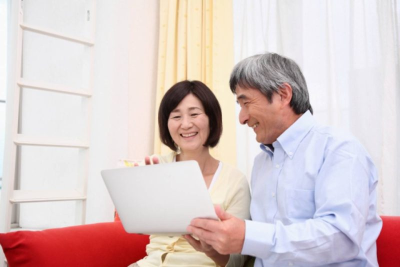 シニア 老夫婦 男性 女性 ノートパソコン