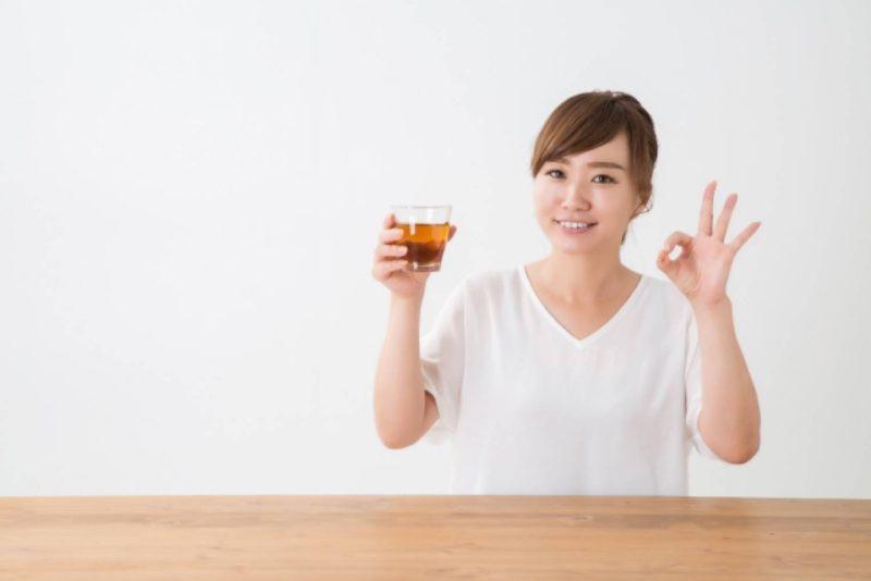 女性 笑顔 麦茶