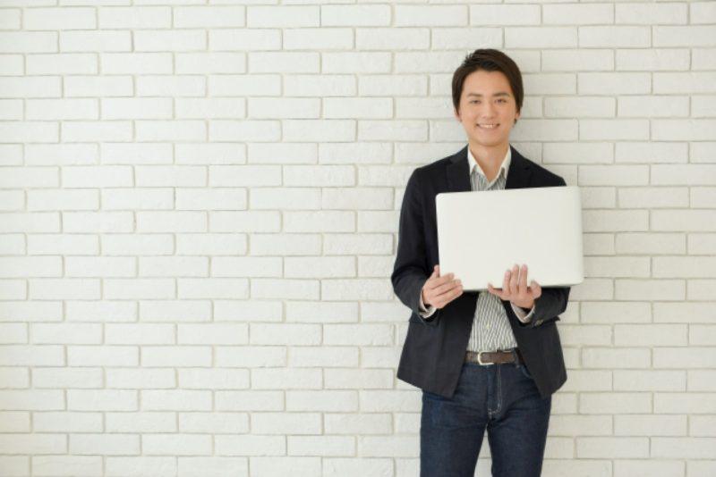 男性 ノートパソコン ビジネスパーソン