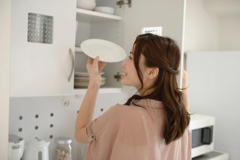 女性 キッチン 食器棚 キッチンストッカー