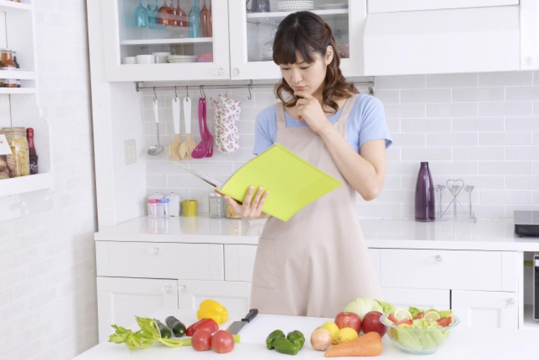 女性 キッチン 食品