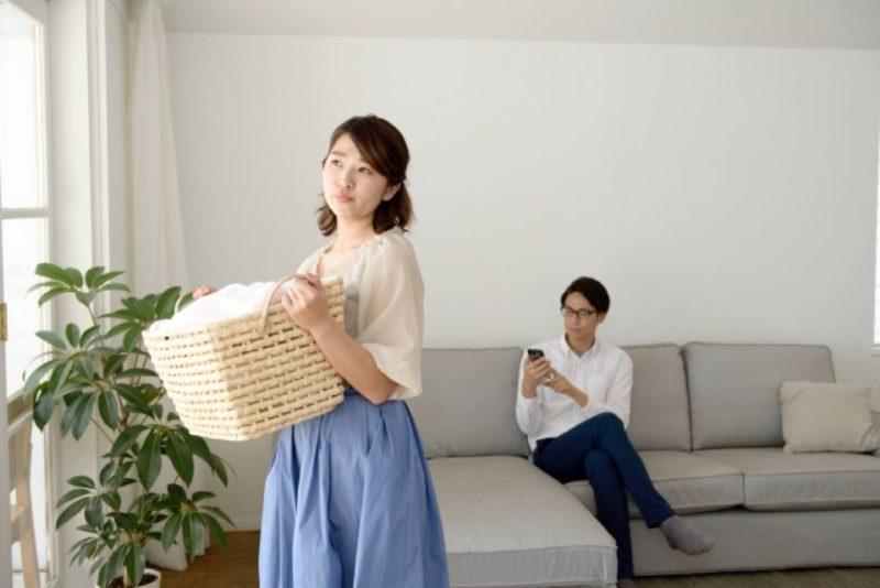 女性 男性 夫婦 洗濯物 スマホ