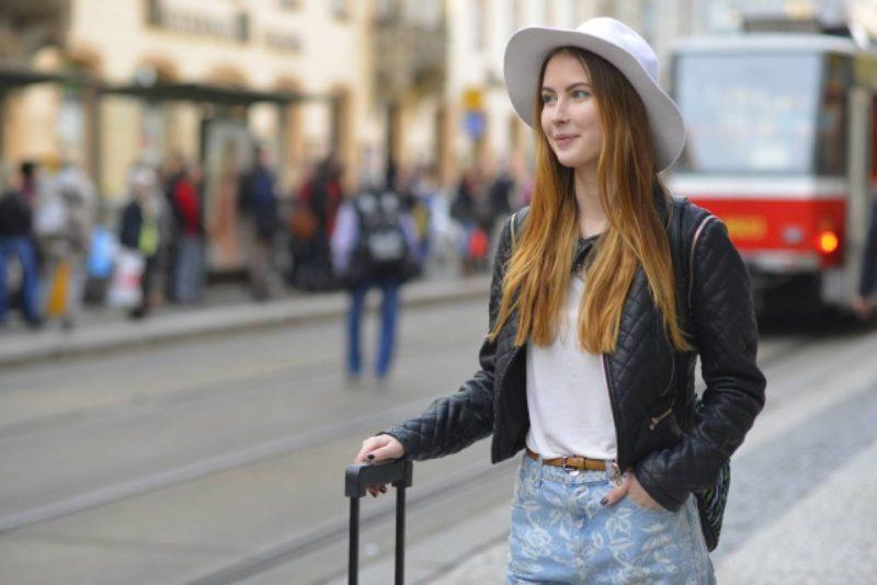 女性 外国人 スーツケース