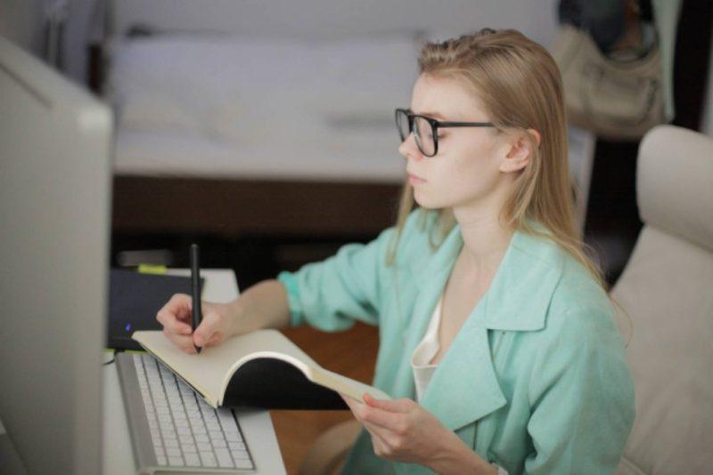 女性 外国人 パソコン 仕事