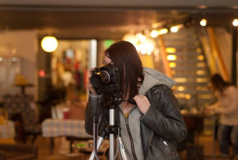 女性 写真 カメラ 三脚