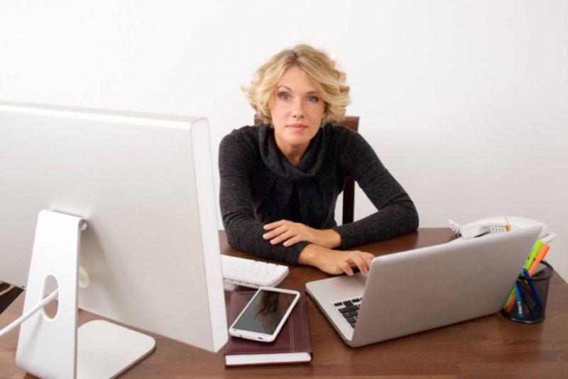 女性 外国人 パソコン ビジネス